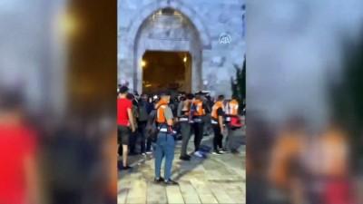 KUDÜS - İsrail polisi Şam Kapısı'nda akşam namazı kılan Filistinlilere saldırdı