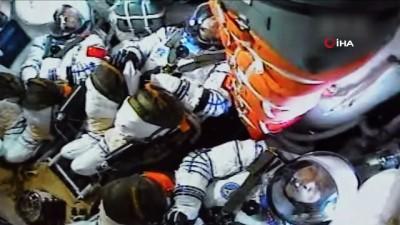 - Çin, yeni uzay istasyonunda görev alacak ilk mürettebatı taşıyan Shenzhou-12'yi başarıyla fırlattı - Çin, 5 yıl sonra ilk kez 'insanlı uzay misyonu' başlattı