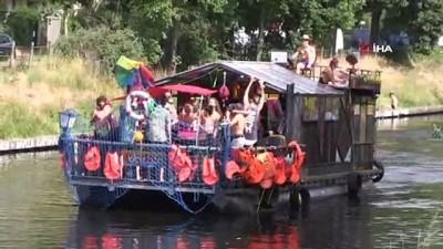 - Berlin'de eğlence sektörü çalışanlarından su kanalı üzerinde partili protesto
