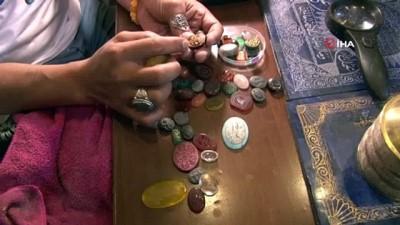 Afganistanlı usta el, hat sanatını değerli taşlara işliyor