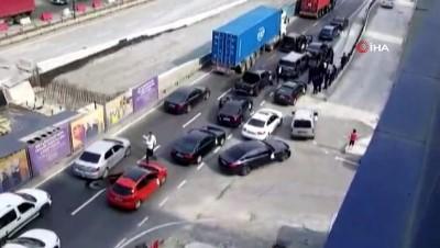 - Çakarlı araçlarla yolu trafiğe kapatıp halay çektiler