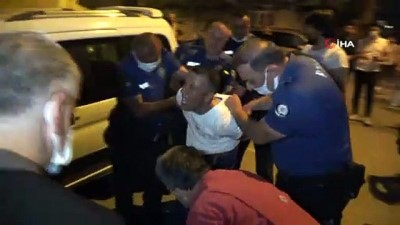 Sokak ortasındaki falçatalı intihar girişimini polis önledi