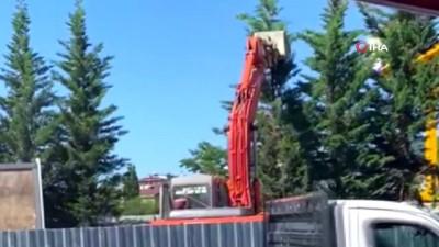 Üsküdar-Sultanbeyli metro inşaatında ağaçların iş makinesiyle parçalandığı anlar kamerada