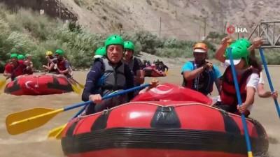 - Bakan Ziya Selçuk, Hakkari'de telafi etkinlikleri kapsamında doğa kampı ve rafting yapan gençlerle bir araya geldi