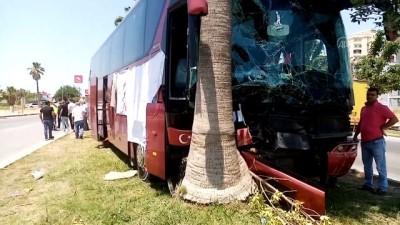 ADANA - Refüjdeki ağaca çarpan otobüsün şoförü yaşamını yitirdi