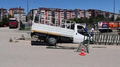 KARABÜK - Park halindeyken hareket eden kamyonet su kanalı korkuluklarında asılı kaldı