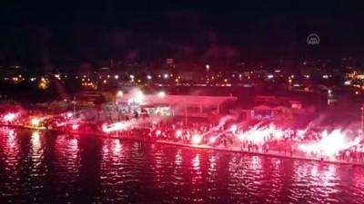 SAMSUN - Samsunspor'un 56'ıncı kuruluş yıl dönümünü taraftarlar meşale gösterisi ile kutladı