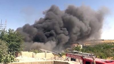 GAZİANTEP - Gemi yapımında kullanılan malzemelerin bulunduğu depoda yangın (5)