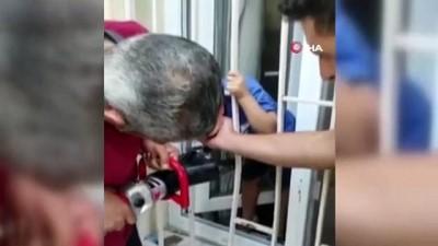 Kafası demir korkuluklara sıkışan çocuğu itfaiye kurtardı