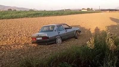 İZMİR - Otomobil tarlaya uçtu: 3 yaralı