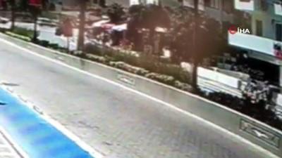 Motosiklet ve otomobilin çarpıştığı feci kaza kamerada