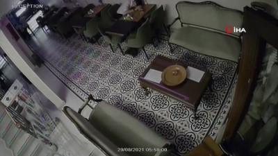 Taksim'de otel çalışanının uykusunu fırsat bilen iki hırsız kamerada
