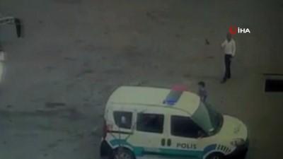 Polis memuru otobüs ile ekip otosu arasında sıkıştı...O anlar kameralara yansıdı